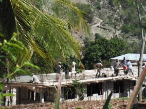 Areguy-n (Haiti) eraikitzen ari diren osasun-zentroa